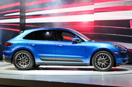 2015-Porsche-Macan-right-side-view