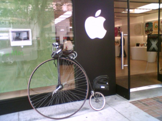 Bicicletta_antica_davanti_un_Apple_Store