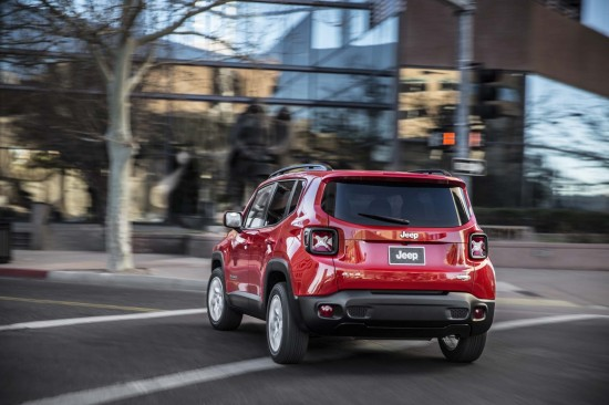 2015-Jeep-Renegade-Latitude-rear-end-turn