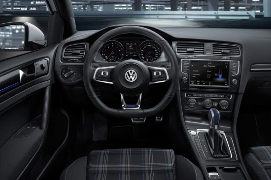 Volkswagen-Golf-GTE-cockpit-02