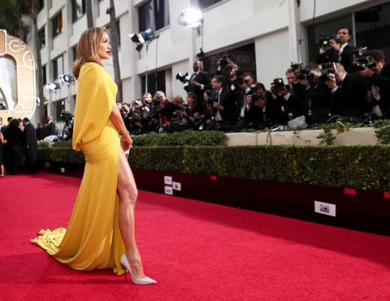 Jennifer Lopez in Giambattista Valli e scarpe Jimmy Choo