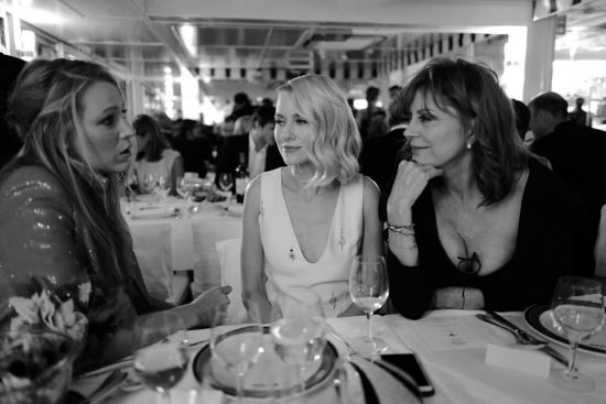 Blake Lively a cena con Naomi Watts e Susan Sarandon a Cannes in una foto di Greg Williams.
