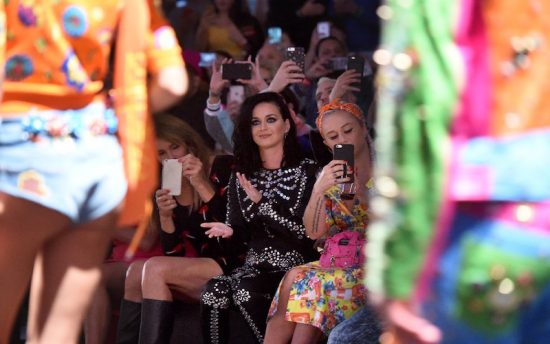 Katy Perry nel front row applaude l'uscita finale