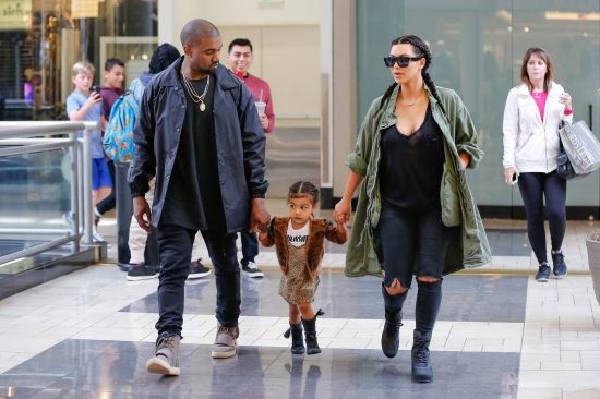 Kim, Kanye e North West (in abitino animalier), mano nella mano al Westside Pavilion shopping mall di Los Angeles